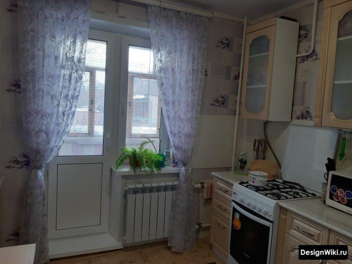 Прозрачные шторы на кухне с балконом
