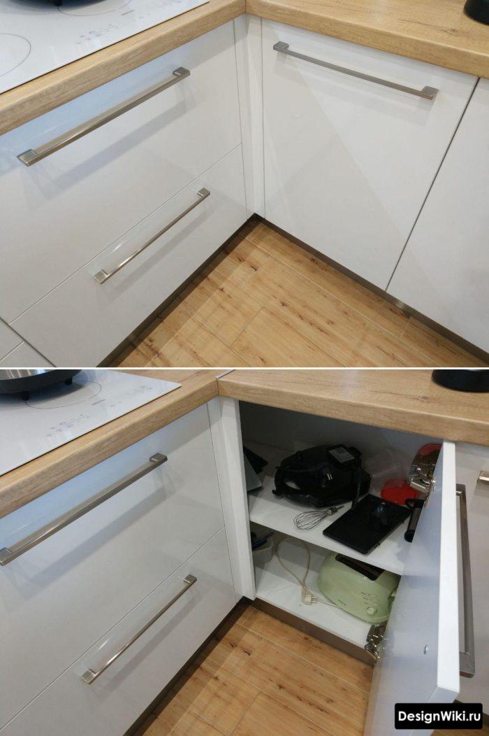 Распашная дверца на углу кухни