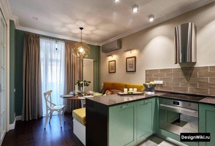 Светло-серые шторы в маленькой кухне-гостиной
