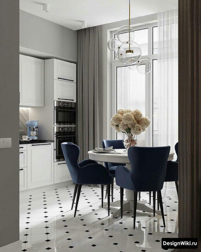 Светло-серые шторы до пола на кухне с балконом