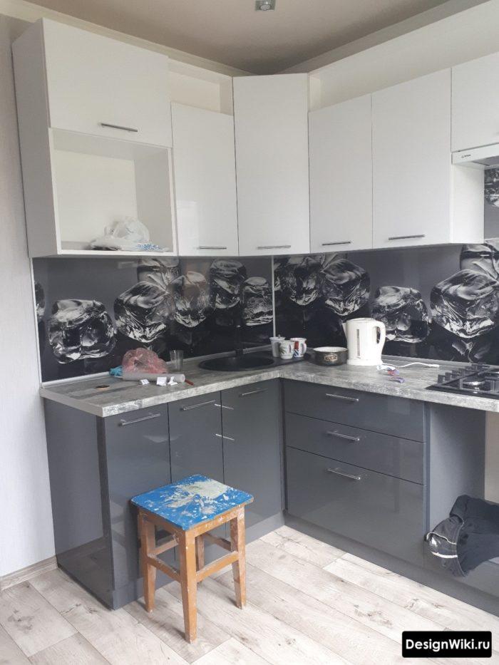 Серая глянцевая угловая кухня