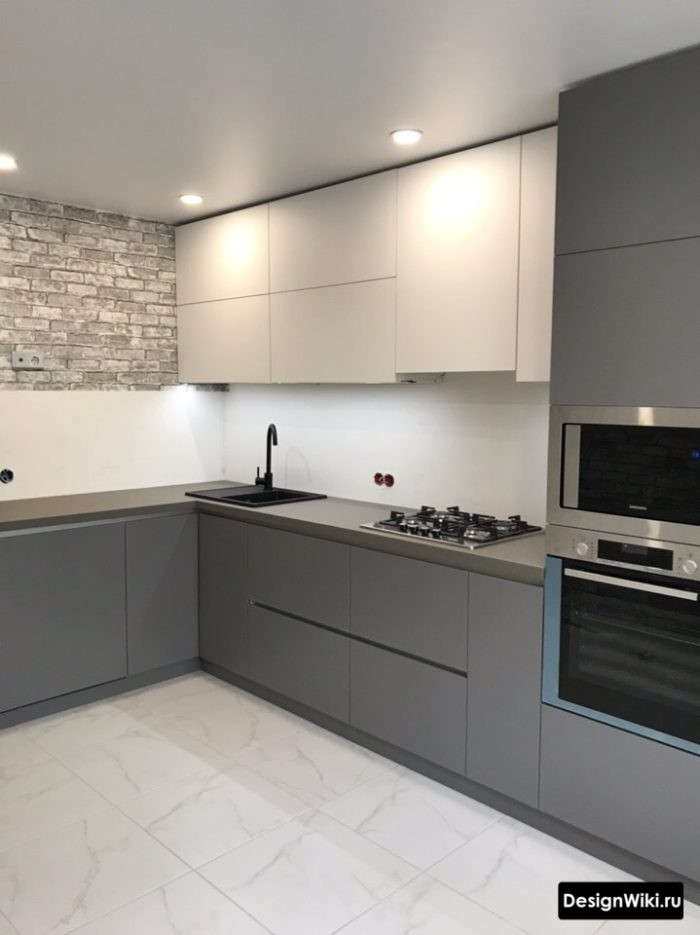 Серая современная угловая кухня без верхних шкафов с 1 стороны