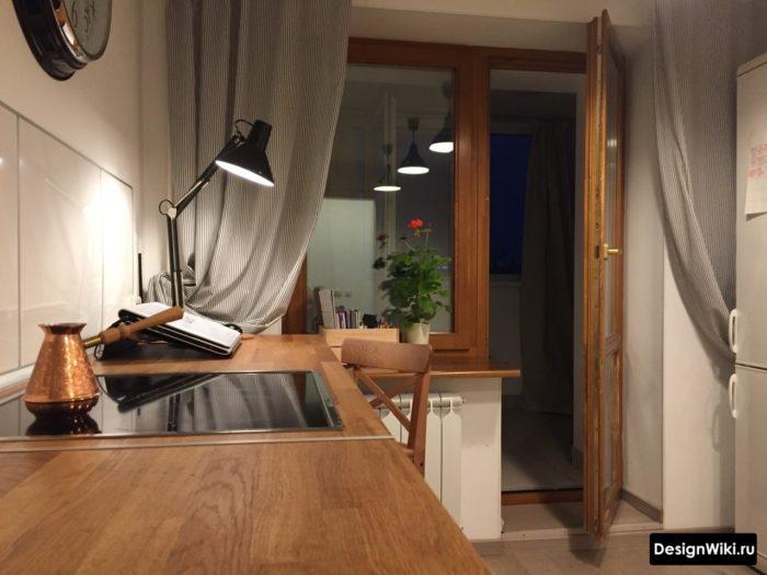 Серые шторы в полоску на кухне с балконом
