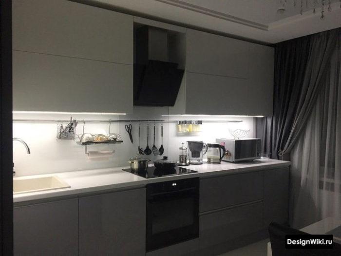 Серые шторы с подхватом на белой кухне с балконом