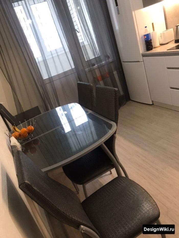 Серый тюль на кухне с балконной дверью