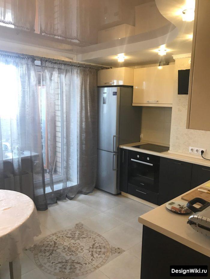 Серый тюль на настенном карнизе на кухне с балконом