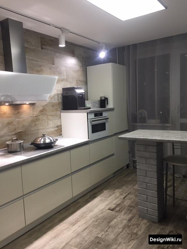 Современная белая кухня с балконом и окном оформленными тюлем