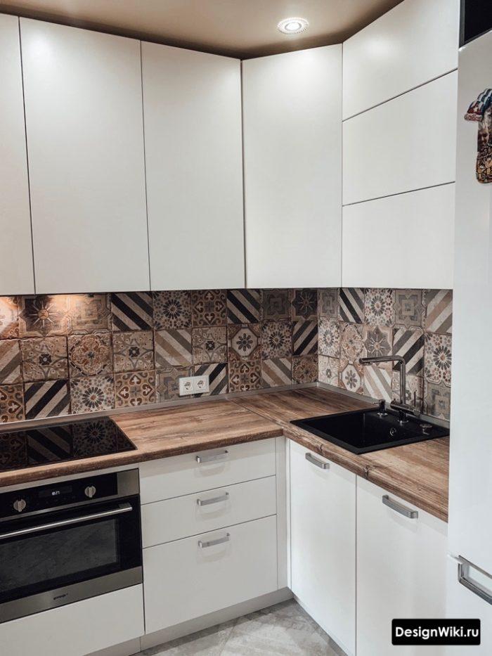 Современная белая угловая кухня до потолка