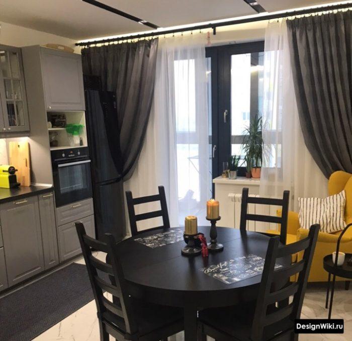 Современная кухня с балконной дверью и серыми шторами до пола