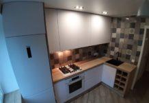 Современный дизайн маленькой белой угловой кухни
