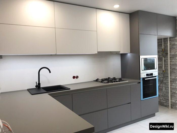 Современный дизайн угловой кухни без ручек