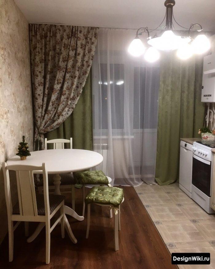 Современный дизайн штор на кухне с балконной дверью