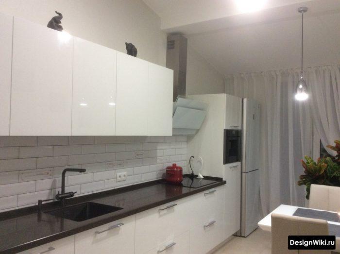 Стандартный белый тюль в белой кухне с балконом