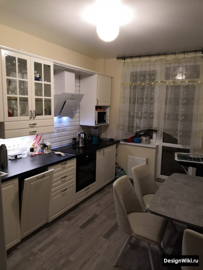 Тюль с золотой нитью на кухне с балконом
