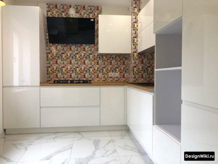 Угловая белая глянцевая кухня без ручек