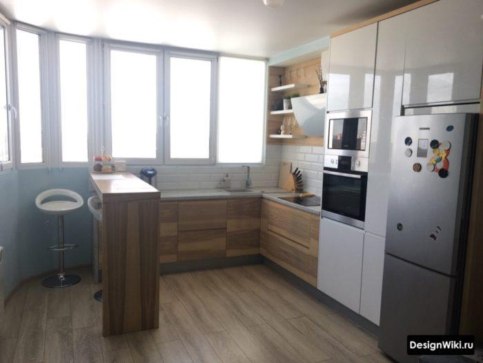 Угловая кухня с барной стойкой и окном