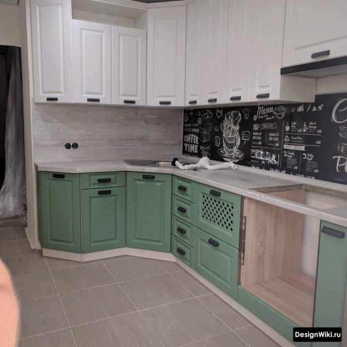 Угловая мойка с крыльями в интерьере кухни