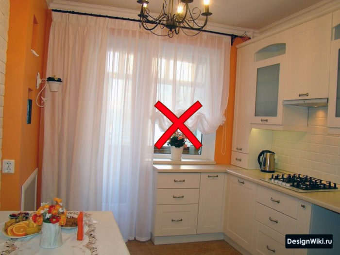 Французская драпировка на кухне с балконной дверью
