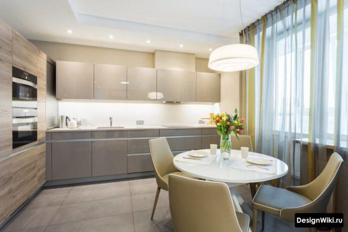 Цветной тюль в интерьере современной кухни с балконом