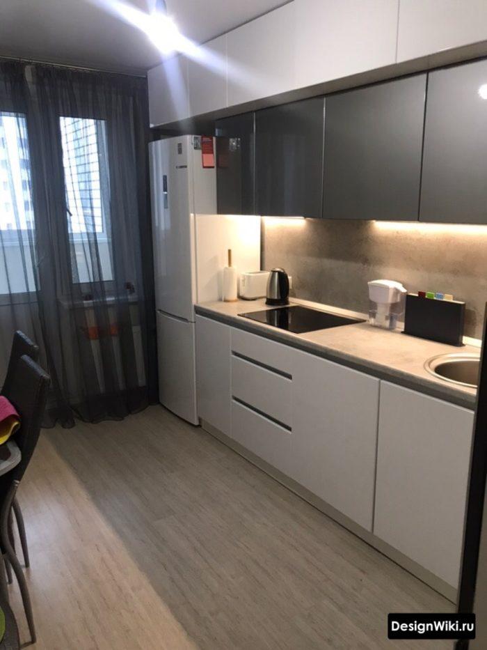 Черный тюль в интерьере современной стильной кухни с балконом