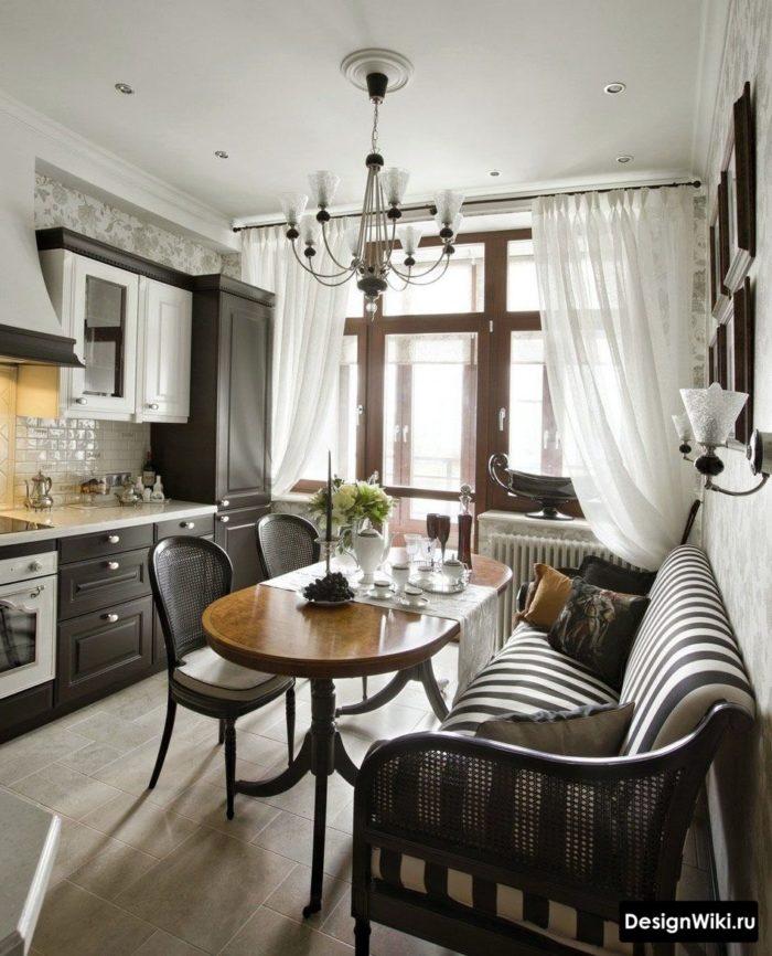 Шторы в кухне с диваном и балконной дверью