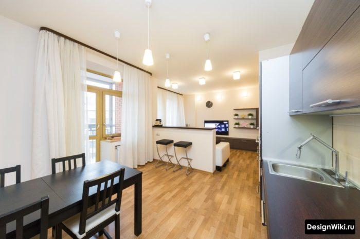 Шторы на багетном карнизе в кухне-гостиной с балконом