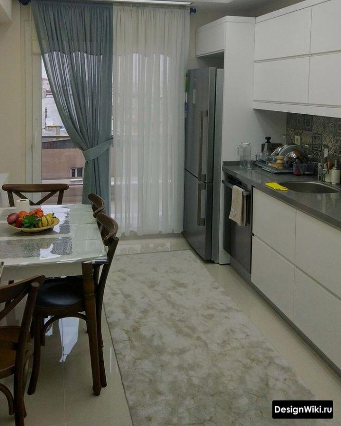 Шторы на невидимых крючках на кухне с балконом