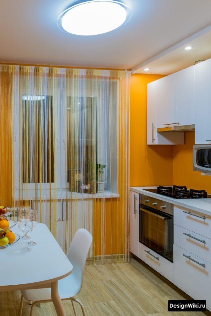 Шторы-нити в интерьере кухни с балконной дверью