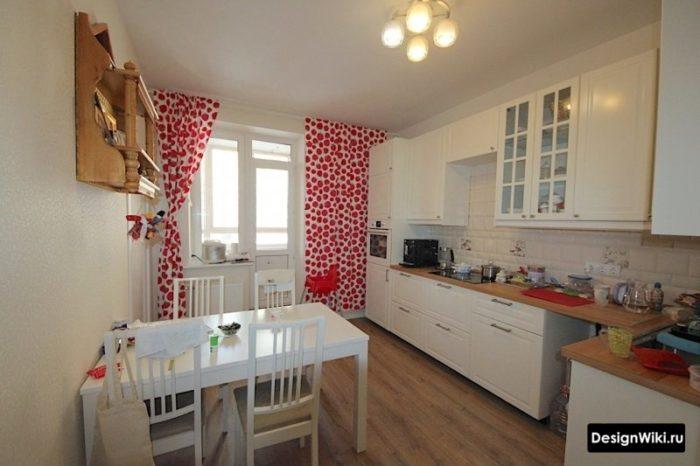 Шторы с красными кружками в интерьере кухни с балконом