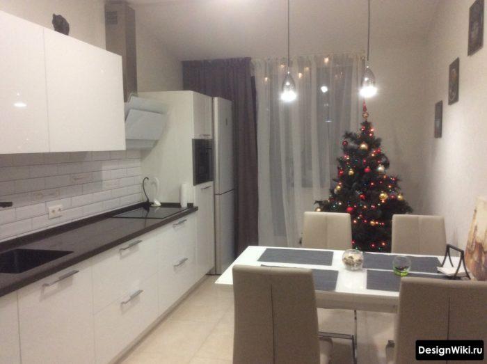 Шторы с одной стороны и тюль в середине на белой кухне с балконной дверью