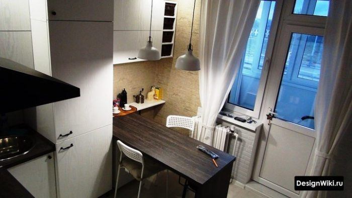 Шторы с подвязкой возле батареи на кухне с балконом