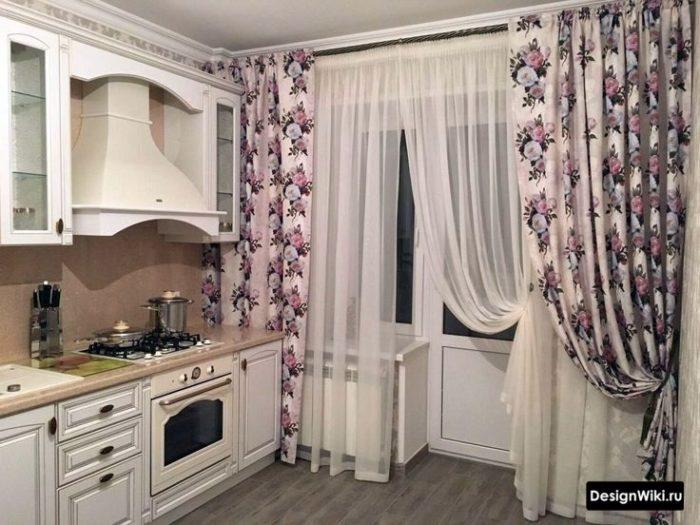 Шторы с цветами на кухне с балконной дверью в стиле прованс