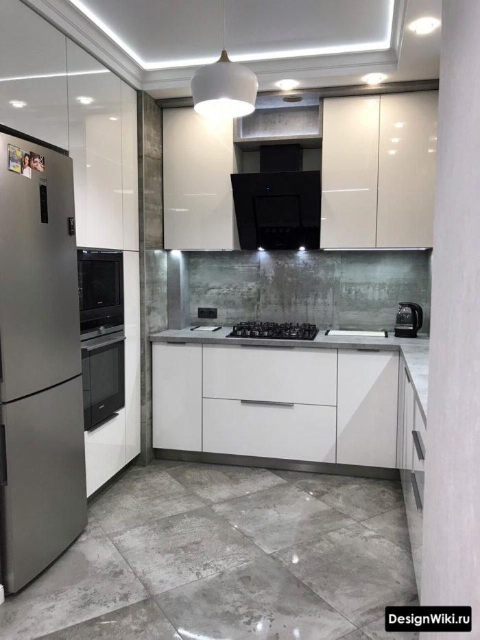 белая глянцевая п-образная кухня с холодильником