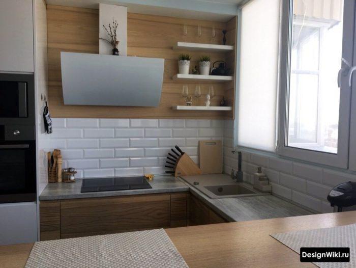 белая с деревом п-образная кухня