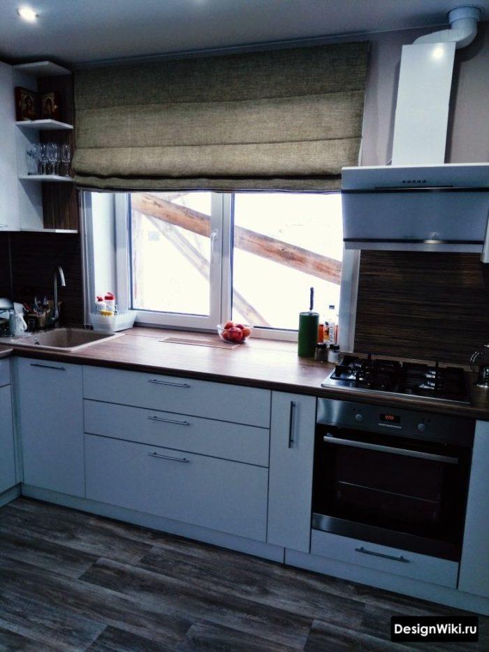 г образная кухня с окном слева