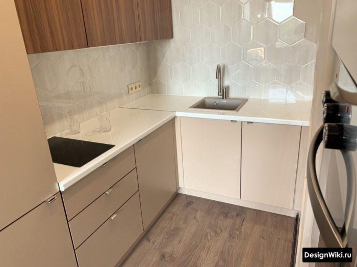 дизайн кухни 6 м2 с холодильником и газовой плитой
