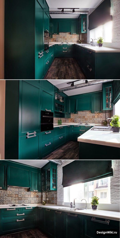 зеленая п-образная кухня с мойкой у окна