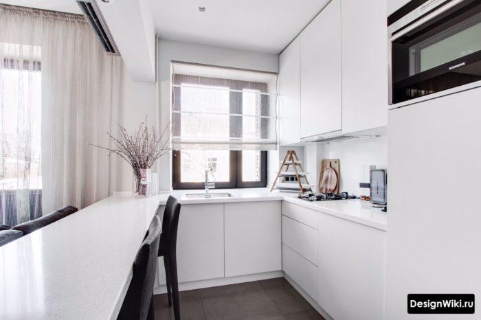 кухня п образная с окном сбоку