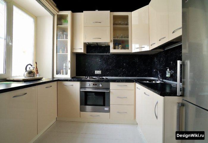 кухня 6 кв метров дизайн с холодильником и газовой
