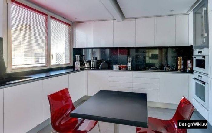маленькая кухня буквой п с окном