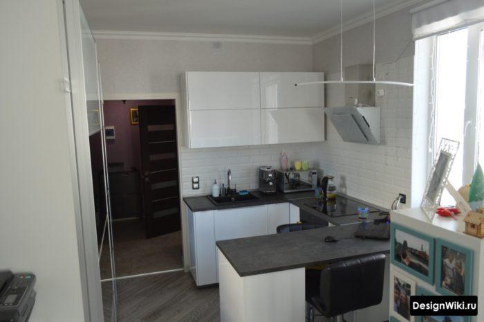 маленькая п-образная кухня без верхних шкафов с 2 сторон