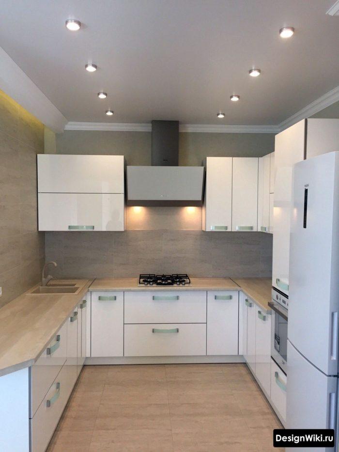 п-образная белая кухня без окна