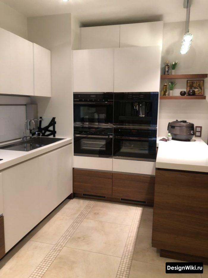 п-образная кухня со встроенным пеналом для техники