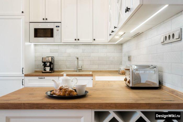 п-образная кухня со встроенным холодильником