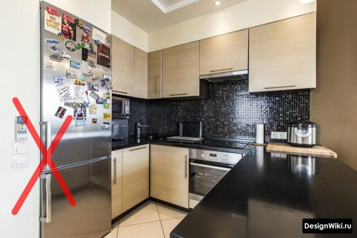 п-образная кухня с обычным холодильником