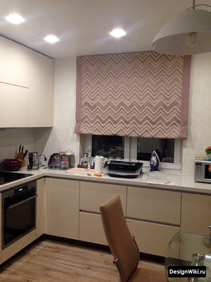римские шторы в п-образной кухне с окном
