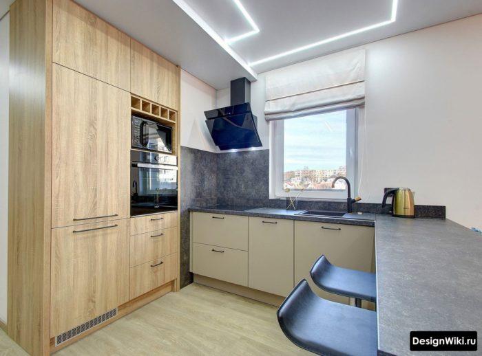стильный дизайн п-образной кухни с окном