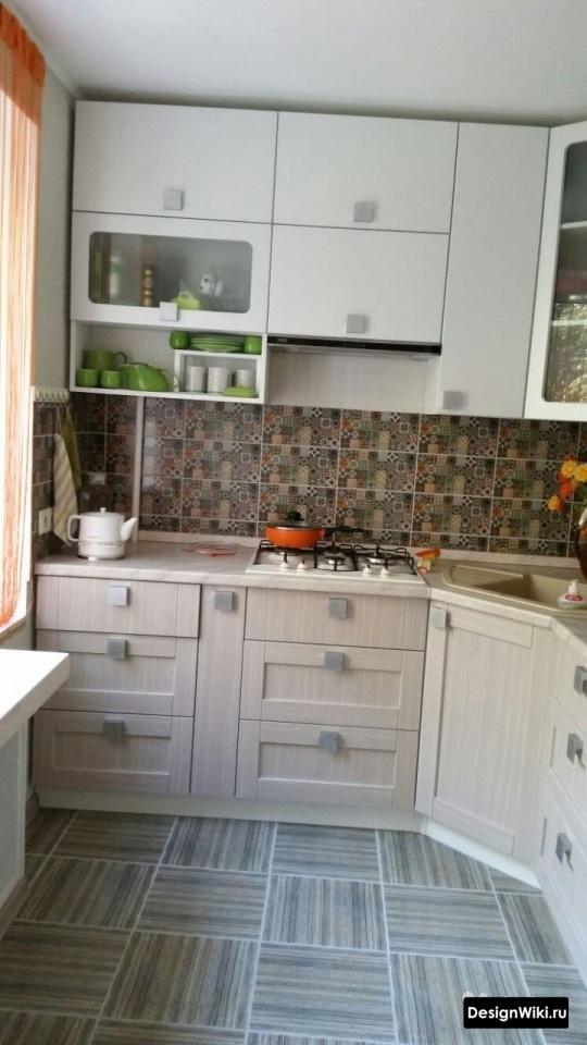 угловая кухня для маленькой кухни с холодильником