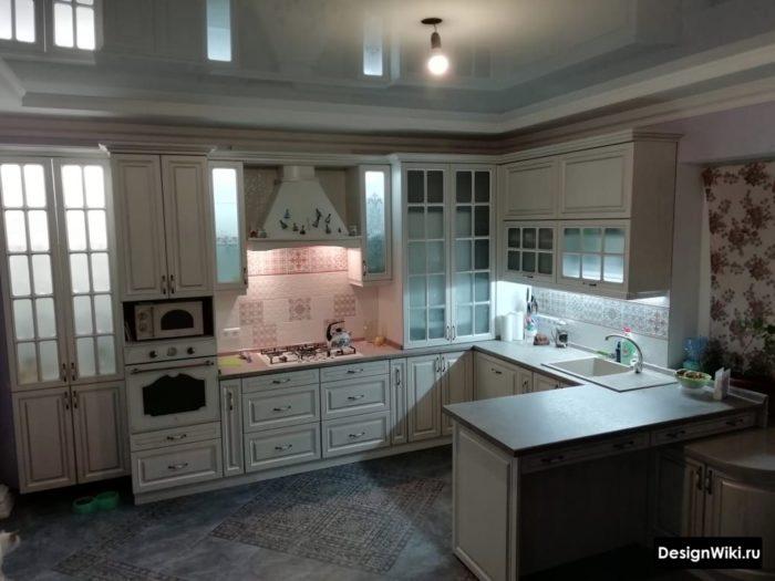 г-образная кухня в классическом стиле