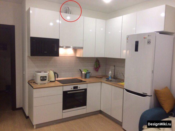 угловая кухня с мойкой в углу